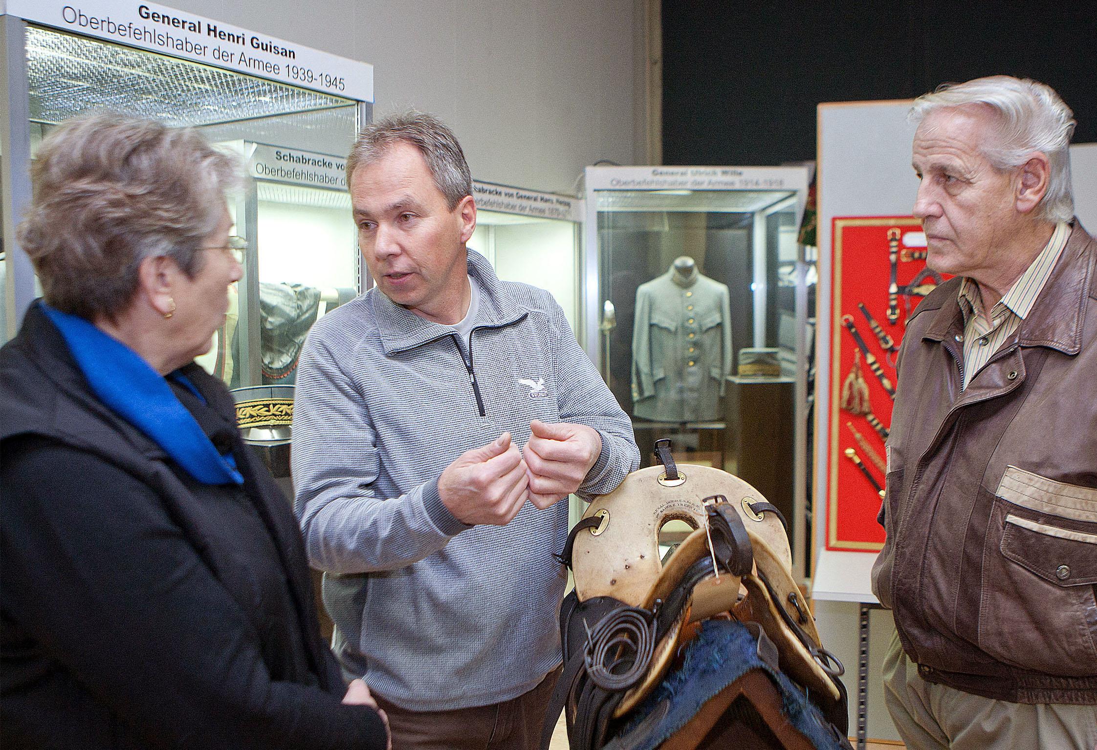 L'opportunité d'échanger des expériences avec les spécialistes. Rolf Grünenwald, sellier de métier et actif en tant que restaurateur, en discussion avec des visiteurs intéressés.